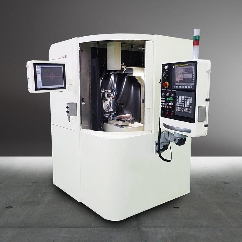 画像は、当社アドライズの筐体設計 受託の事例で、株式会社光機械製作所「ダイヤモンド工具研削盤」です。PCD、CBN、超硬、セラミックの工具研削に最適なダイヤ砥石を採用した研削盤 です。機械本体の部材である鋳造フレームにアルミフレームを接続し強度を高めています。操作盤には、透明樹脂板に裏面からプリントをする工法を採用。タッチパネルや電源スイッチには市販のモジュールを使い、小ロット生産にもかかわらずコストダウンを図りました。板金モジュールのトップカバーとシャーシ―の角部はコーナーフォーマー加工で丸みのあるフォルムに仕上げています。 また、プロトモデルから量産に向けてはコストダウンを図るため、金型を使用する射出成形やダイキャスト、表面仕上げにバレル研磨などの方法を取り入れることができるのも、デザインから製作までを一気通貫で行う当社のつよみです (all rights reserved.)