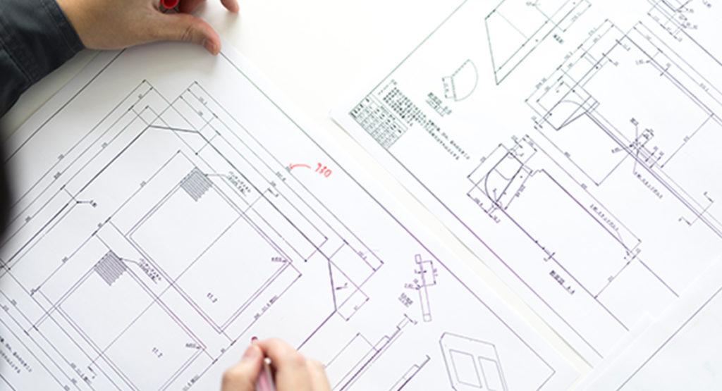 内装とは、例えば自動車の座席やハンドル、ダッシュボードなど、車内の装備品を指す言葉である。 一方、外装とは、自動車のボディ、バンパーなど、車外の装備品を指す言葉である。 また、建築物では、屋内の壁や天井、床などを指す言葉として内装が使われており、 屋外の外壁や屋根を指す言葉として外装が使われている。